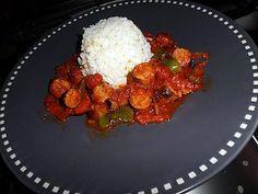 Recette de Chipolatas à la basquaise! Ingrédients: 500g de chipolatas 1 poivron rouge et vert 1 oignon 2 gousses d'ail préssé 5 cl de vin blanc 1 boite de tomates concassés