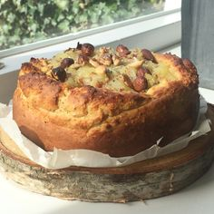Overgebleven appels? Maak een appelmoes! Zin in taart? Maak dan een appel noten taart! Makkelijk, lekker en zelfs paas-proof voor komende paasdagen! ;)