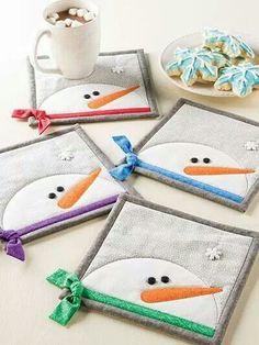 These Snowman Mug Rugs Have so Much Personality – Quilting Digest Platzdeckchen (mit Schneemann. Snowman Mugs, Snowman Crafts, Xmas Crafts, Diy Crafts, Snowmen, Small Quilts, Mini Quilts, Quilting Projects, Sewing Projects