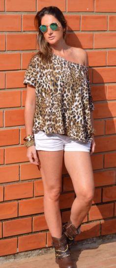 Look casual - look confortável - look fim de semana - blusa animal print - short branco - short e bota cano curto - boots - flat - sem salto