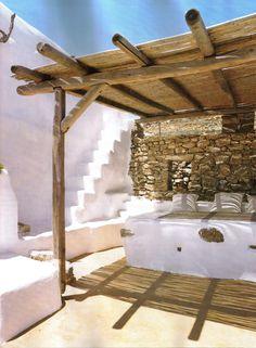 Décor des îles grecques : Villa Drakothea à Mykonos Mykonos, Santorini, Exterior Design, Interior And Exterior, Outdoor Spaces, Outdoor Living, Turbulence Deco, Pergola Attached To House, Mediterranean Homes