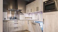 Keukenloods.nl - Cottage Nautic Pine. Hoekkeuken met houtmotief (Showroom: Zwaag)