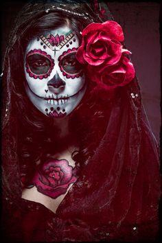 La Catrina: Mexico's grande dame of death Sugar Scull, Sugar Skull Girl, Sugar Skull Makeup, Day Of The Dead Girl, Day Of The Dead Skull, Dead Makeup, Arte Obscura, Candy Skulls, Maquillage Halloween