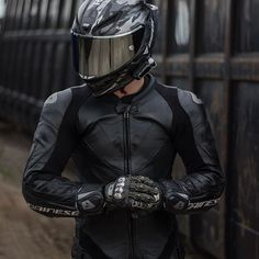 Motorcycle Suit, Motorcycle Clothes, Cheap Motorcycles, Bike Leathers, Bike Photoshoot, Biker Boys, Motorcycle Photography, Super Bikes, Motorbikes