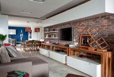 Após a reforma, o confortável apartamento à beira-mar em Florianópolis ganhou ambientes integrados e marcados pelo uso preciso da cor. Projeto Juliana Pippi.