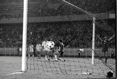 27 de mayo de 1981. Parque de los Príncipes de París. Final de la copa de Europa. Liverpool,1 - Real Madrid, 0. Alan Kennedy festeja la consecución del gol ante Agustín (de rodillas) García Navajas, Juanito y Stielike.