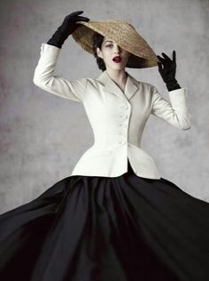 Christian Dior launch their own magazine this month, and the debut issue is covered by the face of Lady Dior handbags, French actress Marion Cotillard. On the cover Marion poses in Dior's iconic 1947 New Look … Dior Vintage, Moda Vintage, Vintage Mode, Vintage Dresses, Vintage Outfits, Vintage Pearls, Vintage Hats, Foto Fashion, 1950s Fashion