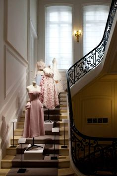Les Journees Particulieres:The House of DIOR(Haute Couture) Dior Haute Couture, Dior Fashion, Vogue Fashion, Pink Blush Wedding Gowns, Christian Dior Paris, Paris Atelier, Clothing Displays, Boutique Interior, Classic Style Women
