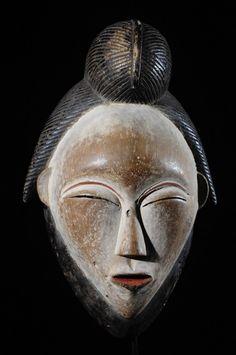 Dans les grandes régions de la vallée de la Ngounié et de la Nyanga, Sud et centre Sud du Gabon, les cérémonies funéraires étaient l'occasion de la sortie des masques blancs dits Okuyi, Mukuyi ou Mukudji selon les endroits. Les masques Okuyi sont des masques de bois tendre, légers, blanchis d'argile blanc (autrefois mélangé à de la poudre d'os). Ils sont la représentation commémorative d'ancêtres morts, hommes ou femmes. Le fait que les masques puissent être séxués explique…