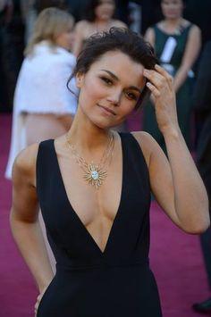 El escote vertiginoso en V de Samantha Barks, de Los Miserables, en color negro. Más información: http://www.rtve.es/oscar
