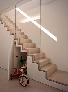 un escalier intérieur moderne en bois avec rangements fermés