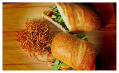 Ez a szendvics egy komplett ebédnek, vagy vacsorának is beillik: ropogós bacon, szaftos csirkemell, olvadó sajt és friss saláta... Hmmm...Hozzávalók 2 személynek:1 db fél csirkemell1 nagyobb baguette, ciabatta vagy más jóvágású szendvicskenyér4 szelet cheddar…
