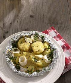 Rezept für Raclette-Kartoffeln bei Essen und Trinken. Ein Rezept für 4 Personen. Und weitere Rezepte in den Kategorien Gemüse, Kartoffeln, Käseprodukte, Kräuter, Milch + Milchprodukte, Alkohol, Hauptspeise, Party, Auflauf / Überbackenes, Grillen, Kochen.