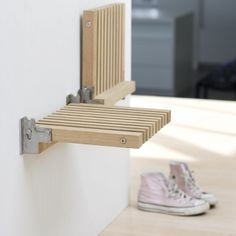 Wall mounted FOLDING SEAT / STOOL furniture design by Niels Hvass, excellent! Especially in small, narrow spaces. Many more pieces (Klappsitz - idealer Folding Furniture, Smart Furniture, Space Saving Furniture, Furniture Design, Furniture Legs, Barbie Furniture, Garden Furniture, Furniture Dolly, Multipurpose Furniture