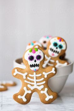 Day of the Dead gingerbread men By RuthBlack Available to license exclusively at… Tag der toten Lebkuchenmänner Von RuthBlack Exklusiv bei Stocksy lizenzierbar Halloween Party Snacks, Halloween Desserts, Postres Halloween, Halloween Cupcakes, Holidays Halloween, Halloween Fun, Halloween Sugar Cookies, Pumpkin Sugar Cookies Decorated, Pirate Halloween Decorations