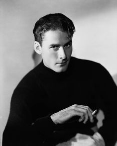 Errol Flynn: who would have thought that such a devil could have the face of angel? Yes, Errol moves me to be that corny.