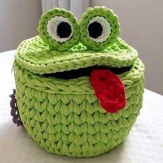 Marvelous Crochet A Shell Stitch Purse Bag Ideas. Wonderful Crochet A Shell Stitch Purse Bag Ideas. Crochet Frog, Crochet Basket Pattern, Knit Basket, Crochet Motifs, Cute Crochet, Crochet Dolls, Crochet Stitches, Knit Crochet, Crochet Patterns