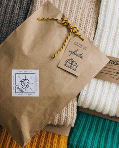 ¡Super felices con la feria del sábado! 🎉 Gracias a todos los que se acercaron y se llevaron algo como regalo o autoregalo 💕 _ #knit #knitting #knittersofinstagram #knitter #branding #brand #design #scarf #bufanda #neuquen #altochic