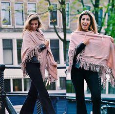 De Ibiza omslagdoek Roze is zo groot dat jij je er helemaal in kan verstoppen! ♡  En wist je dat je bij elke omslagdoek zo'n mooie speld krijgt?! Check ➳ https://www.sjaalskopen.nl/shop/nieuw/ #omslagdoek #roze #sjaal #herfst #winter #mode #musthave #outfit #amsterdam #happy #boho #ibiza #webshop #sjaalskopen