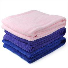 Não exagere no amaciador, pois em excesso, ele reduz a capacidade de absorção da toalha. É comum as toalhas novas soltarem tinta. Por isso, na primeira lavagem, não as misture com peças de