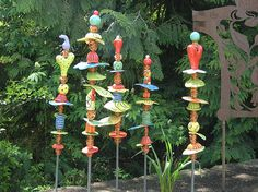 Garden Totems: 28 Design Ideas in Glass, Ceramic, Mosaic and Wood Whimsical garden totems Garden Crafts, Diy Garden Decor, Garden Projects, Outdoor Projects, Glass Garden Art, Mosaic Garden, Yard Art, Art Clay, Garden Poles