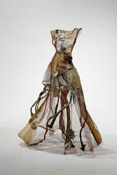 "Mixed Media Dress Art Sculpture (kelp, shells & steel mesh) exploring the ""cloaking & revealing of the inner self"" // Christina Chalmers art Instalation Art, Sea Dress, Fashion Art, Fashion Design, Macabre Fashion, Trendy Fashion, Soft Sculpture, Mixed Media Sculpture, Metal Sculptures"