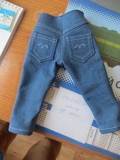 Сегодня я постараюсь объяснить и показать, как шить джинсы для куклы. Наши джинсы будут застёгиваться спереди на кнопку. Передние кармашки