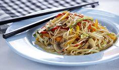 Νουντλς με λαχανικά στο τηγάνι Food Dishes, Spaghetti, Food And Drink, Chinese, Pasta, Cooking, Ethnic Recipes, Kitchen, Sauces