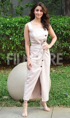 Alia Bhatt and Ranveer Singh , one of the most talented actors of Bollywood have Alia Bhatt Cute, Alia And Varun, Open Dress, Gamine Style, Soft Gamine, Cool Outfits, Fashion Outfits, Ranveer Singh, Indian Celebrities