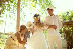 Recepcionista AMORE Produções arrumando a noiva antes de entrar na cerimônia...