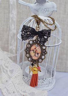 Sautoir rétro en laiton avec joli médaillon imprimé floral orange brique et noeud en dentelle noire et pampilles : Collier par bohemiasroad