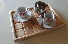 Vassoio in stile retrò realizzato artigianalmente in legno di abete riciclato. I tozzetti sono stati creati singolarmente e quindi assemblati in modo da dare al vassoio l'aspetto di una tavoletta di cioccolato.