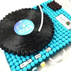 Art Sucré - Regalos con gominolas Bar A Bonbon, Music Cakes, Candy Cakes, Birthday Crafts, Candy Buffet, Gift Baskets, Marshmallow, Happy Birthday, Sweets