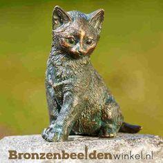 Beeld kat van brons. Deze kat houdt alles goed in de gaten. #kattenbeeld #beeld kat #bronzen kat #beeld poes #tuinbeeld kat Garden Sculpture, Outdoor Decor, Animals, Home Decor, Kitty Cats, Porcelain, Everything, Animales, Decoration Home