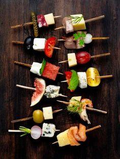竹串やピックに料理を刺して提供できるので、前菜として用いられることも多いピンチョス。パーティーでは、取分ける必要がなく、手も汚れない料理の提供の仕方としても人気が出ています。