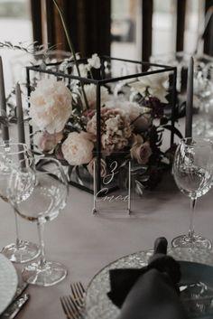 Grey Wedding Decor, Modern Wedding Centerpieces, Black And White Wedding Theme, Industrial Wedding Decor, Minimalist Wedding Decor, White Wedding Decorations, Modern Wedding Theme, Black And White Centerpieces, Geometric Wedding