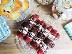 Baby Party für Baby No.2 - im sommerlichen Blau - Erdbeer-Brownie-Spieße mit Marshmallows