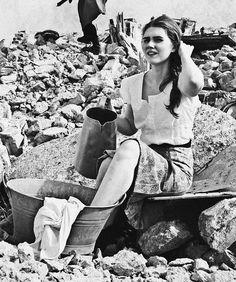 Kobieta na gruzach Warszawy