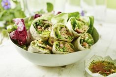 Pulled Salmon wrap med avokadomos og asiatisk dip Salmon Wrap, Potato Salad, Cabbage, Food Porn, Potatoes, Vegetables, Ethnic Recipes, Potato, Cabbages