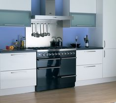 This 100cm gloss black range cooker looks great against the contrasting white cabinets.
