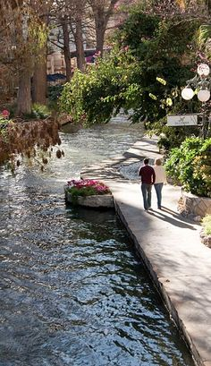 San Antonio River Walk in San Antonio, Texas • photo: Kkmd at the English language Wikipedia