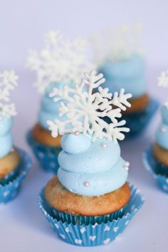 Frozen Themed Cupcakes -- super simple and perfect for a Frozen birthday party!