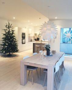 Juleferie er fantastisk  I dag venter vi middagsgjester - svineribben er i ovnen og jeg dekker bord. Ha en fin 2. Juledag ⭐️