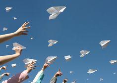 Als je een beetje weet hoe het werkt en de juiste trucs toepast, worden je papieren vliegtuigjes steengoed. Zo vouw je het ultieme papieren vliegtuigje.
