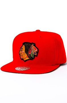 3b00f8cb457dd Mitchell   Ness Men s The Chicago Blackhawks Vintage Wool Solid Snapback Cap  One Size Red