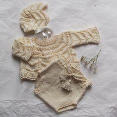 Conjunto bebé chaqueta y ranita beige en lana y perlé