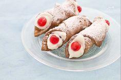 I cannoli siciliani sono dolci tradizionali che nascono sotto Carnevale, periodo tipico dei dolci fritti, ma si trasformano brevemente in dolci preparati e gustati tutto l'anno,visto il loro grande successo.