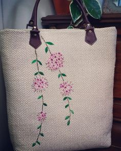 From an unknown South Korean maker - look closely at the larger view - The embroidery is really not complex - satin-stitch leaves, stem-stitch, 4 lazy-daisy pet Embroidery Purse, Hand Embroidery Projects, Cross Stitch Embroidery, Embroidery Patterns, Sewing Patterns, Diy Tote Bag, Fabric Bags, Satin Stitch, Jute Bags