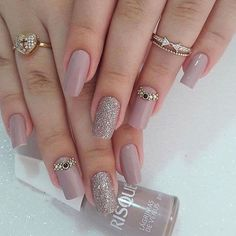 The advantage of the gel is that it allows you to enjoy your French manicure for a long time. There are four different ways to make a French manicure on gel nails. Chic Nail Designs, Elegant Nail Designs, Elegant Nails, Fabulous Nails, Perfect Nails, Gorgeous Nails, Pink Nails, Glitter Nails, Hair And Nails