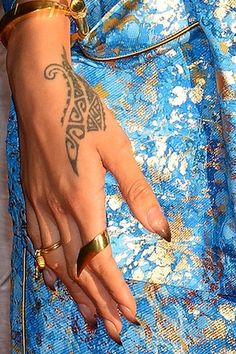 Rihanna nails nude to golden brown ombre. Rihanna Hand Tattoo, Tribal Hand Tattoos, Hamsa Hand Tattoo, Hawaiian Tribal Tattoos, Hand Tats, Hand Tattoos For Women, Tattoos For Guys, Neutral Nail Designs, Neutral Nails